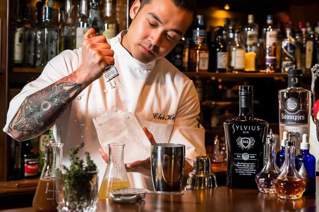 DR bartender is aan het cocktail maken in Rotterdam
