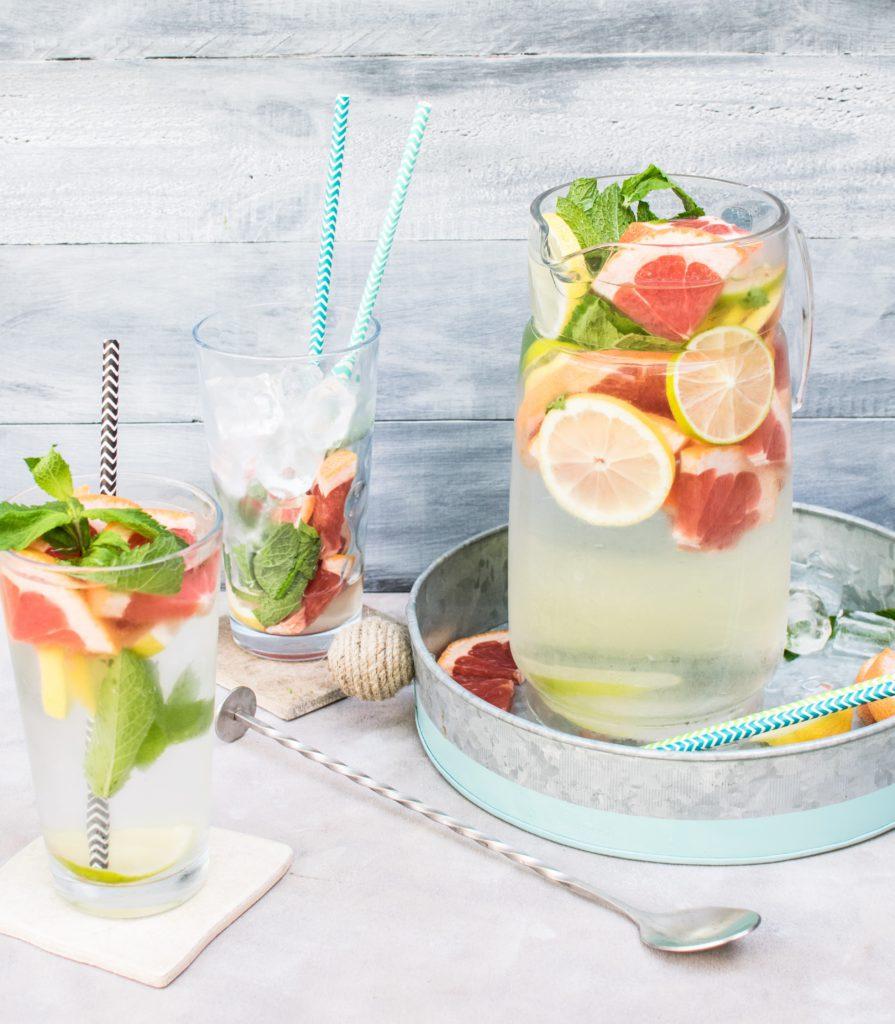 Papieren rietjes in een cocktail